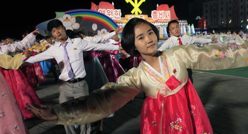 Norcoreanos danzan en Pyongyang para celebrar el 20 aniversario de la elección de Kim Jong-il  como líder del país