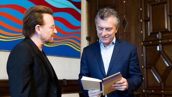 Bono, líder de la banda irlandesa U2, y Mauricio Macri, presidente de Argentina - Sputnik Mundo