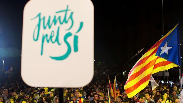 Catalanes con un cartel de Junts pel Sí y banderas catalanas - Sputnik Mundo