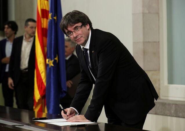 El presidente catalán Carles Puigdemont firma una declaración de independencia en Barcelona