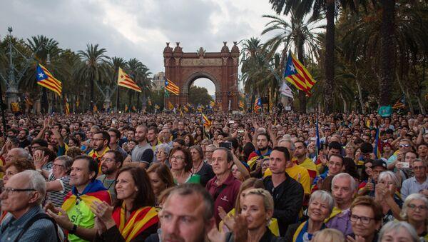 La gente con esteladas frente a Parlamento de Cataluña - Sputnik Mundo
