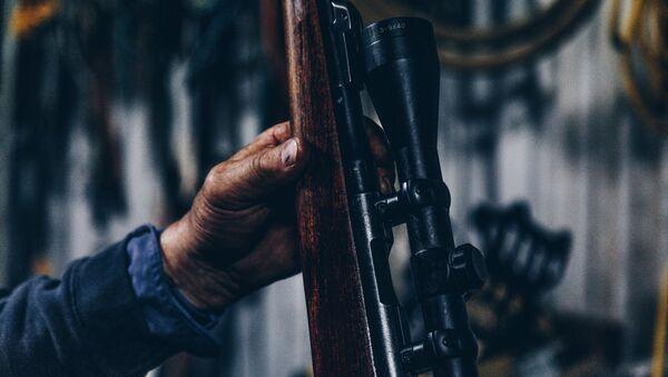 Un hombre con una escopeta (imagen referencial) - Sputnik Mundo