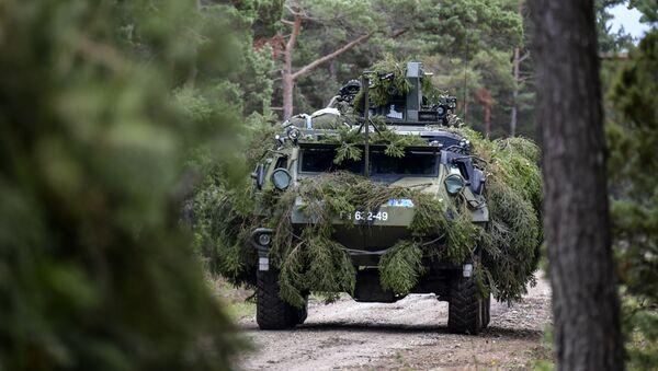 Un vehículo blindado de la OTAN en el Báltico - Sputnik Mundo