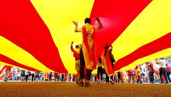 La gente camina debajo de la bandera de Cataluña - Sputnik Mundo