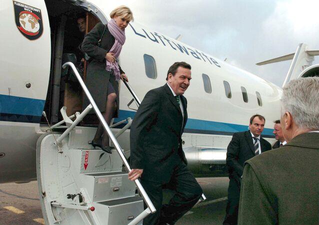 Gerhard Schroder y Doris Schroder-Kopf arriban al aeropuerto de Vnukovo, Moscú (archivo)