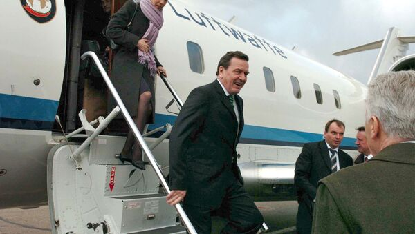 Gerhard Schroder y Doris Schroder-Kopf arriban al aeropuerto de Vnukovo, Moscú (archivo) - Sputnik Mundo