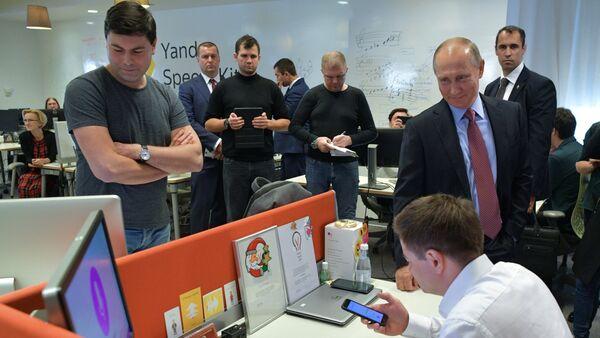 Президент РФ В. Путин посетил офис ИТ-компании Яндекс - Sputnik Mundo