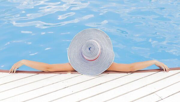Una mujer en la piscina - Sputnik Mundo