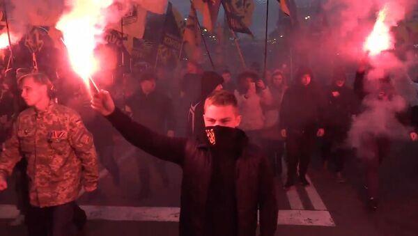 Nacionalistas ucranianos celebran con antorchas el aniversario del Ejército Insurgente - Sputnik Mundo
