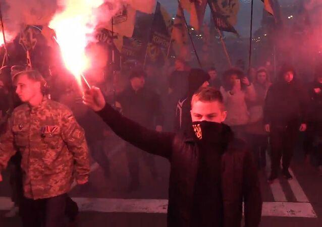 Nacionalistas ucranianos celebran con antorchas el aniversario del Ejército Insurgente