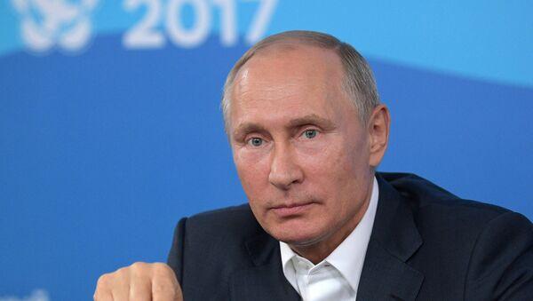 Vladímir Putin, presidente de Rusia, durante un discurso ante los participantes del Festival Internacional de la Juventud y los Estudiantes que se celebra en Sochi - Sputnik Mundo