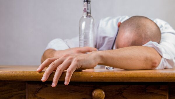 Un hombre con una botella (imagen referencial) - Sputnik Mundo