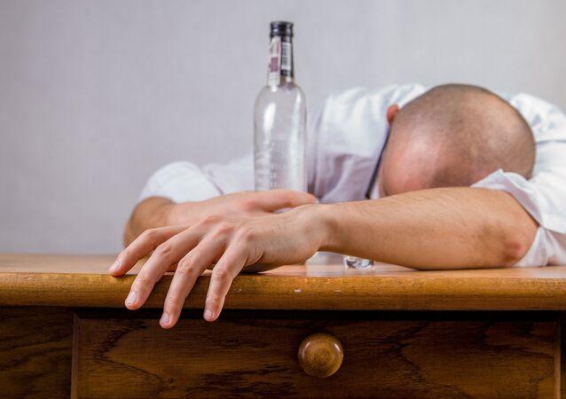Un hombre con una botella (imagen referencial)
