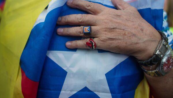 Una persona con la bandera de Cataluña - Sputnik Mundo