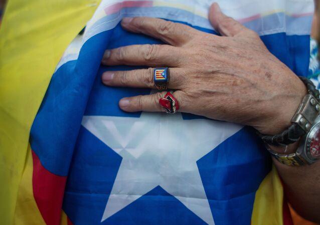 Una persona con la bandera de Cataluña