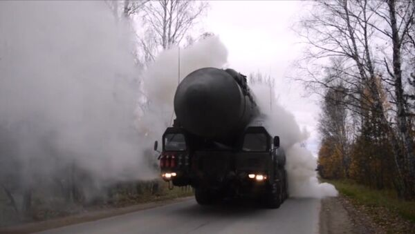 Las temibles lanzaderas de misiles balísticos Yars ocupan posiciones sobre el terreno - Sputnik Mundo