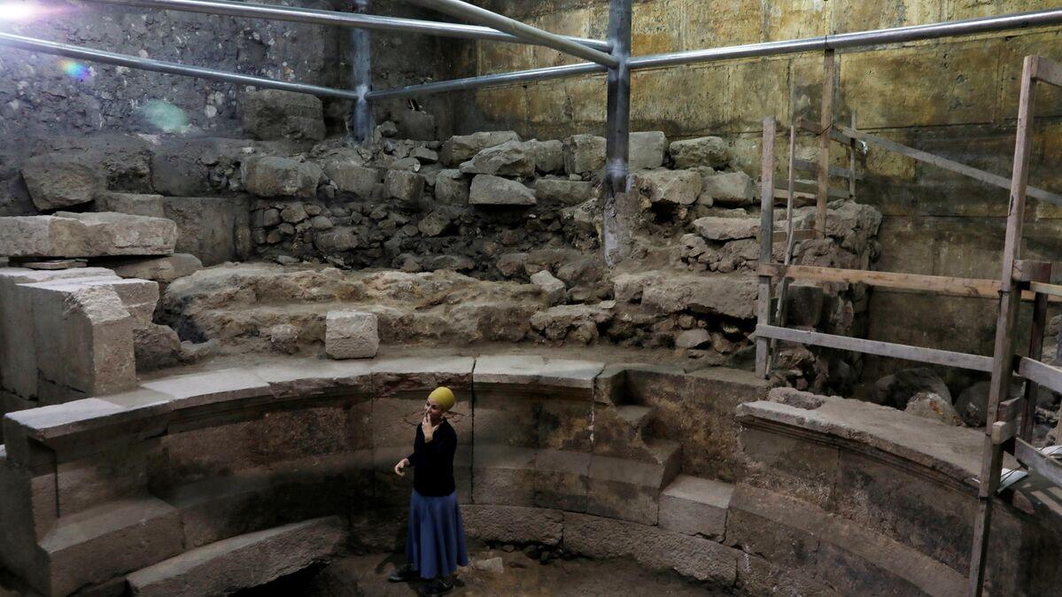 Arqueólogos descubren un teatro romano bajo el Muro de las ...