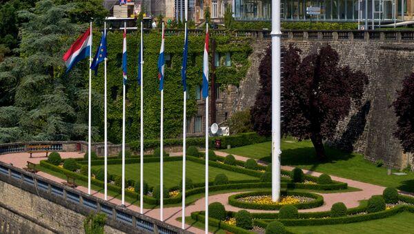 Banderas de Luxemburgo y la UE - Sputnik Mundo