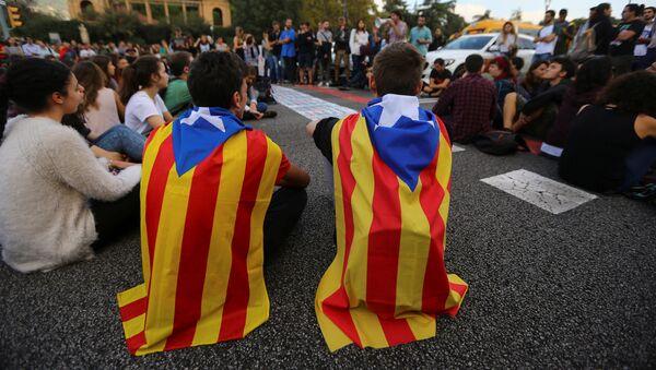 Los estudiantes con las banderas de Cataluña - Sputnik Mundo