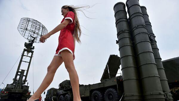 Una mezcla altamente explosiva: mujeres y armas - Sputnik Mundo