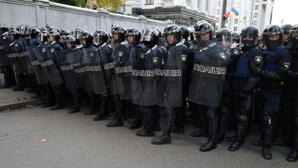 Policía ucraniana durante las protestas en Kiev - Sputnik Mundo