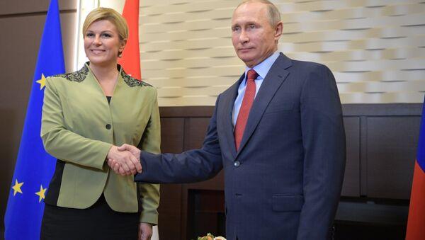 La presidenta de Croacia, Kolinda Grabar-Kitarovic, y el presidente de Rusia, Vladímir Putin - Sputnik Mundo