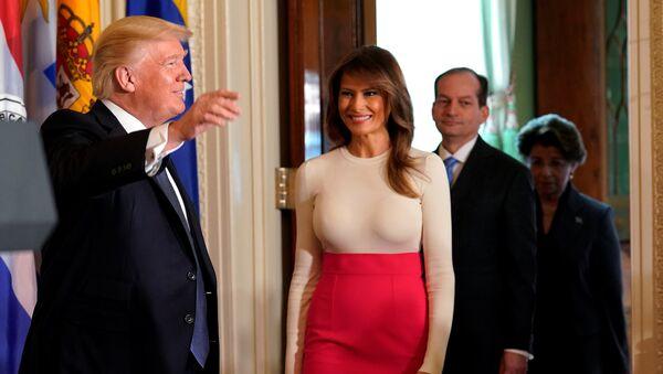 Melania Trump, primera dama de EEUU (centro) - Sputnik Mundo