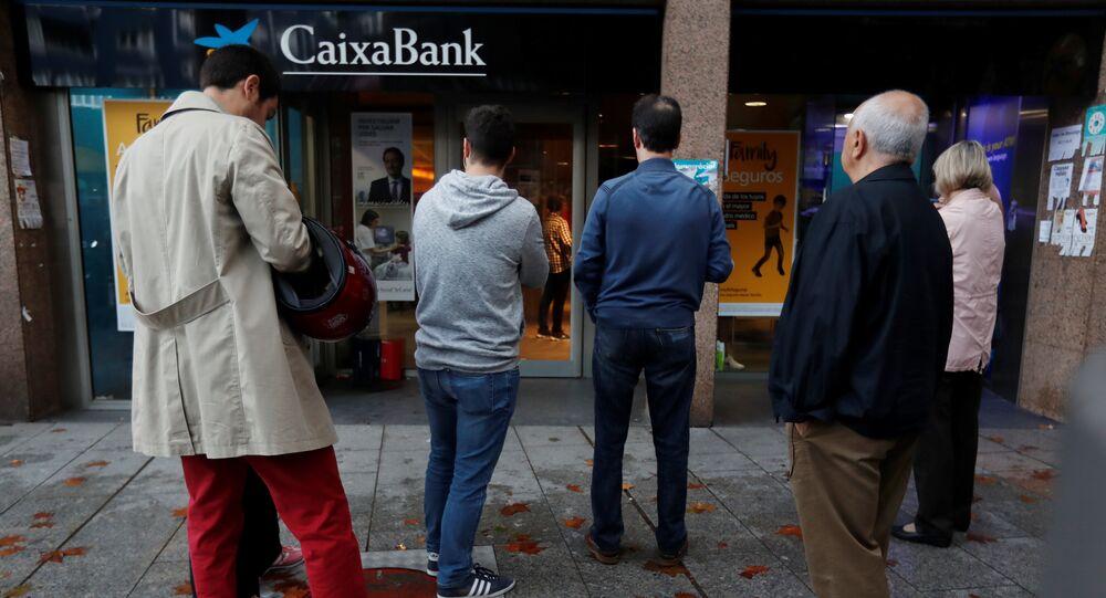 La gente se alinea en un cajero de La Caixa