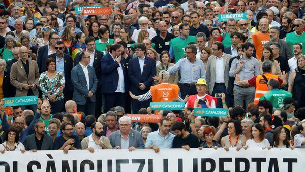 Los dirigentes catalanes se manifiestan en Barcelona junto con la población en contra de la aplicación del artículo 155 de la Constitución Española - Sputnik Mundo
