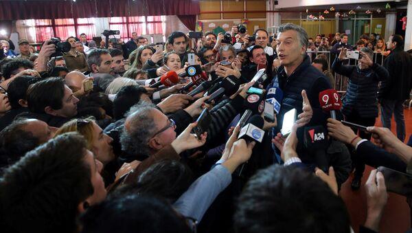 Mauricio Macri, presidente de Argentina, habla a los periodistas tras votar en elecciones legislativas - Sputnik Mundo