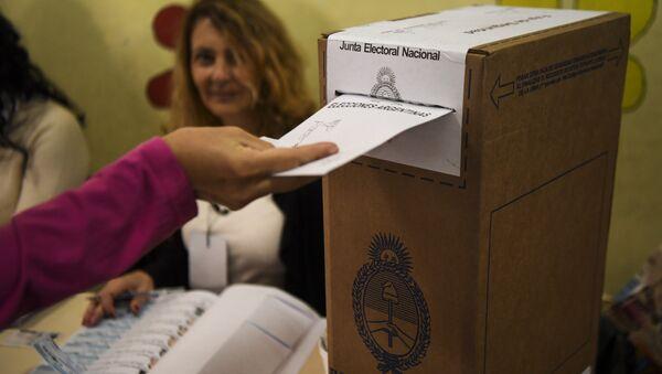 Una persona vota en las elecciones legislativas de Argentina el 22 de octubre - Sputnik Mundo
