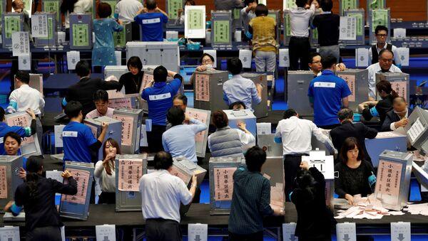Oficiales realizan el conteo de votos de las elecciones de Japón del 22 de octubre - Sputnik Mundo
