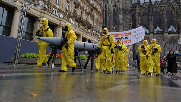 Unos activistas se manifiestan en contra de las armas estadounidenses nucleares en Alemania desde Colonia (archivo) - Sputnik Mundo
