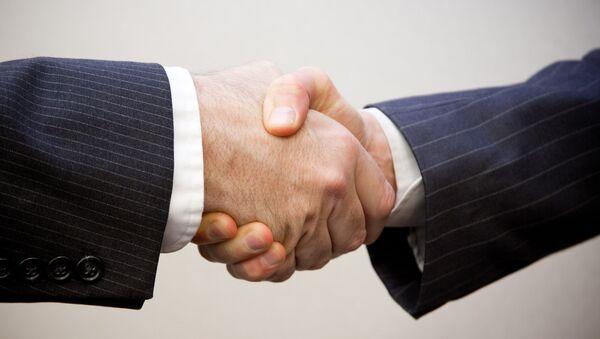Dos hombres se estrechan la mano - Sputnik Mundo