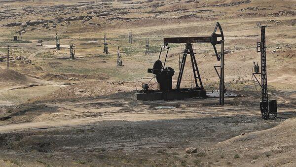 Un yacimiento de petróleo en Siria (archivo) - Sputnik Mundo