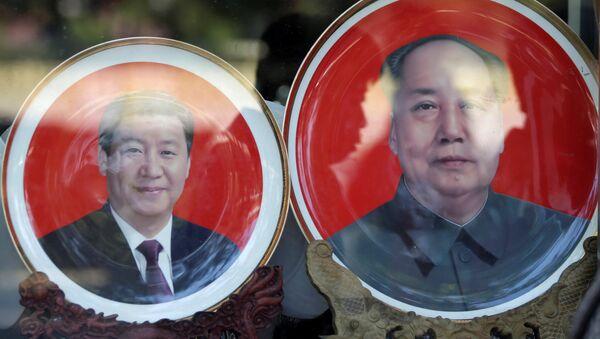Los platos con los retratos de los líderes chinos, Xi Jinping y Mao Zedong - Sputnik Mundo