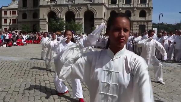 Jóvenes practicando Wushu en La Habana, Cuba, 22 de octubre de 2017 - Sputnik Mundo