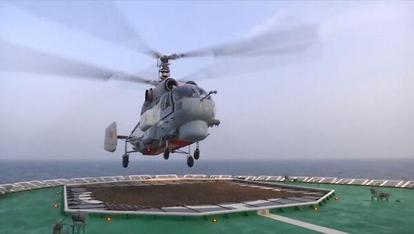 El impactante aterrizaje de un helicóptero ruso Ka-27 sobre un rompehielos - Sputnik Mundo
