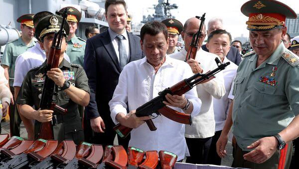 El presidente de Filipinas, Rodrigo Duterte, con un fusil AK-47 - Sputnik Mundo