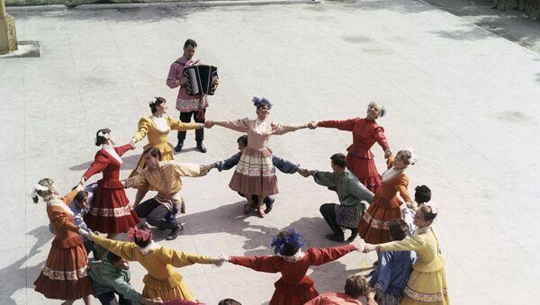 Baile con trajes tradicionales de la región de Samara en 1968 - Sputnik Mundo