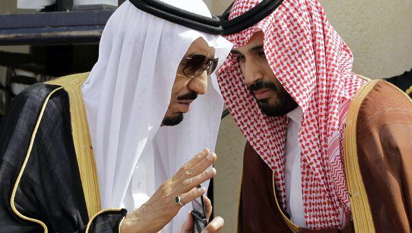 El rey saudí Salman bin Abdulaziz Saud (a la izquierda) y su hijo, el príncipe heredero Mohamed bin Salmán (a la derecha) durante el Foro de Cooperación del Golfo (archivo) - Sputnik Mundo