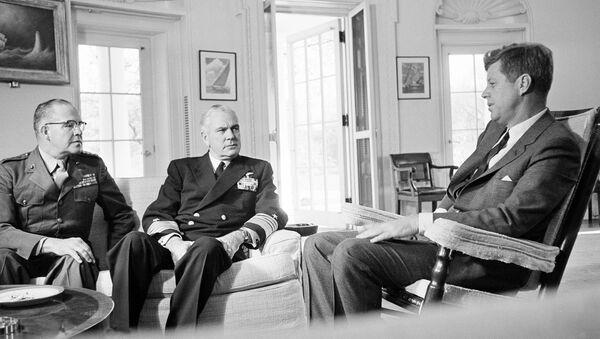 Un encuentro de John F. Kennedy con el general David Shoup y el almirante George Anderson sobre Cuba, octubre del año 1962 - Sputnik Mundo