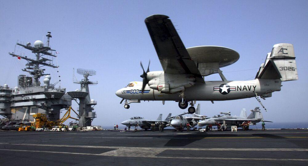 Un avión E-2C Hawkeye aterriza en un portaviones de EEUU (archivo)