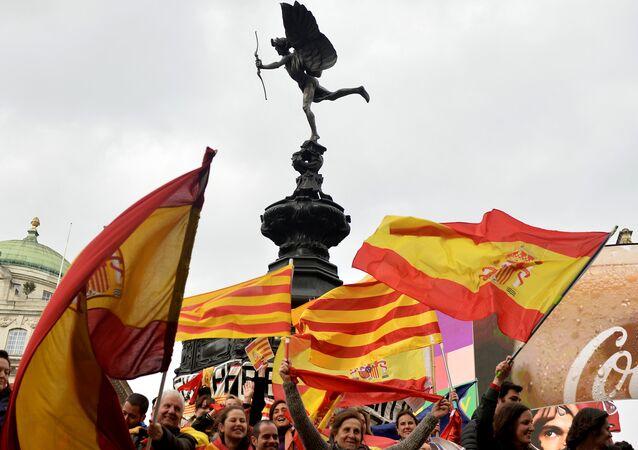 Las banderas de Cataluña y España