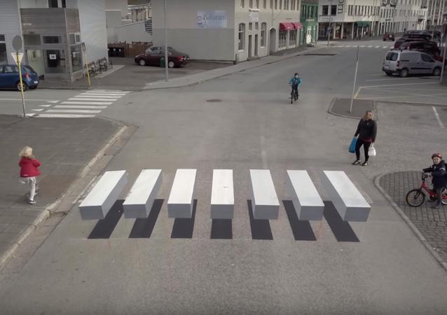 Un paso de cebra 'flotante' deja estupefactos a los conductores islandeses