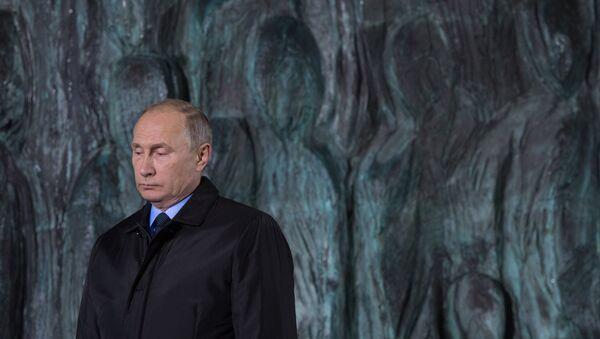 El presidente de Rusia, Vladímir Putin, en la ceremonia de apertura del monumento 'El muro del duelo' - Sputnik Mundo