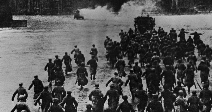 La toma del Palacio de Invierno el 25 de octubre de 1917. Escena de la película 'Octubre', dirigida por Serguéi Eisenstein, con guión de Grigori Alexándrov, lanzada en 1927