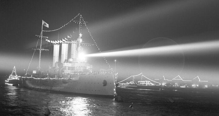 El crucero Aurora en el mismo lugar, donde el 25 de octubre de 1917 dio la salva que se convirtió en la señal para iniciar la toma del Palacio de Invierno