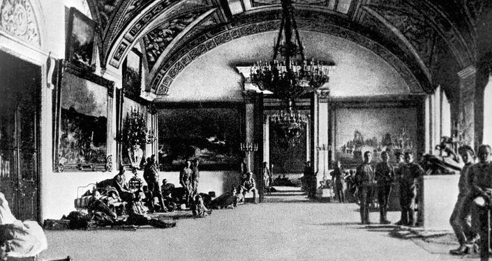 Un grupo de cadetes en el Palacio de Invierno de Petrogrado, en 1917
