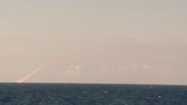 El submarino Veliki Novgorod lanza misiles Kalibr contra los terroristas en Siria - Sputnik Mundo